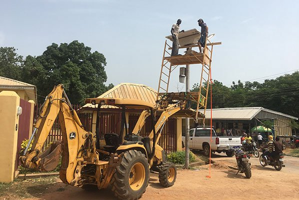 Tractor lifting scaffolding